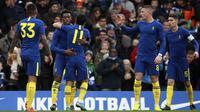 Para pemain Chelsea merayakan gol yang dicetak Callum Hidson-Odoi ke gawang Nottingham Forest pada laga Piala FA di Stadion Stamford Bridge, London, Minggu (5/1). Chelsea menang 2-0 atas Forest. (AP/Ian Walton)