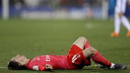 Gelandang Real Madrid, Luka Modric, terbaring lesu usai gagal mengalahkan Leganes pada laga La Liga di Stadion Municipal Butarque, Senin (15/4). Kedua tim bermain imbang 1-1. (AP/Bernat Armangue)