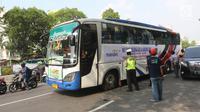 Bus yang membawa peserta mudik bareng NU-Bank Mandiri siap berangkat dari Kantor PBNU, Jakarta, Sabtu (9/6). Bank Mandiri dan PBNU memberangkatkan 3.000 Nahdliyin dengan menggunakan 50 bus. (Liputan6.com/Arya Manggala)