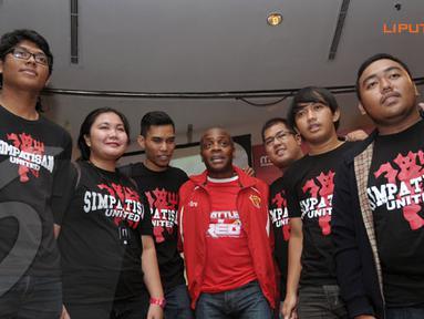 Paul Parker menyempatkan berfoto bersama dengan fans usai konferensi pers di Jakarta (Liputan6.com/Helmi Fithriansyah)