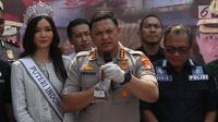 Kapolres Jakarta Barat Kombes Pol Hengki Haryadi (tengah) menunjukkan bahan pembuat narkoba saat rilis di sebuah perumahan di Pondok Rajeg, Cibinong, Senin (24/9). Polisi juga menyita 158 gram sabu, 3000 pil ekstasi. (Liputan6.com/Helmi Fithriansyah)