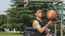 Tak hanya work out dengan nge-gym, suami dari Chelsey Frank ini juga kerap kali berolahraga basket. Tak heran jika ia kini punya tubuh yang kekar dan semakin prima.(Liputan6.com/IG/@randpunk)