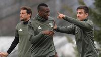Penyerang Juventus, Paulo Dybala (kanan) berbincang dengan rekannya Blaise Matuidi saat sesi latihan di pusat pelatihan Juventus di Vinovo (2/4). Juventus akan bertanding melawan Real Madrid. (AFP Photo/Marco Bertorello)