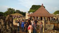 Suasana pengunjung yang padat di situs Gua Sunyaragi. (foto : Liputan6.com/Panji Prayitno)