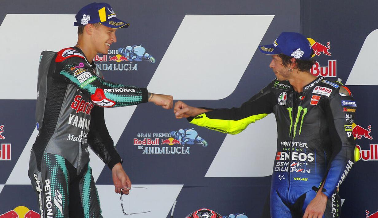 Fabio Quartararo dan Valentino Rossi merayakan kemenangan di atas podium usai menjuarai MotoGP Andalusia di Sirkuit Jerez, Minggu (26/7/2020). Fabio Quartararo berhasil finis pertama dengan catatan waktu 41 menit 22,666 detik. (AP Photo/David Clares)