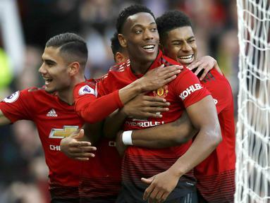 Para pemain Manchester United merayakan gol yang dicetak oleh Anthony Martial ke gawang Watford pada laga Premier League di Stadion Old Trafford, Sabtu (30/3). Manchester United menang 2-1 atas Watford. (AP/Martin Rickett)