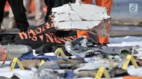 Petugas Basarnas merapikan barang temuan jatuhnya pesawat Lion Air JT 610 di Posko Evakuasi, Tanjung Priok, Jakarta, Senin (29/10). Pesawat Lion Air JT 610 yang jatuh membawa 188 orang. (Merdeka.com/Iqbal Nugroho)