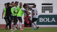 Pemain Madura United, David Laly merayakan gol kedua ke gawang Persipura Jayapura bersama rekan setim dalam laga pekan ke-6 BRI Liga 1 2021/2022 di Stadion Wibawa Mukti, Cikarang, Minggu (03/10/2021). (Bola.com/Bagaskara Lazuardi)