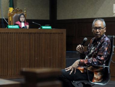 Terdakwa perintangan penyidikan korupsiE-KTP, Bimanesh Sutarjo (kanan) saat menjalani sidang lanjutan di Pengadilan Tipikor, Jakarta, Kamis (7/6). Sidang mendengar keterangan terdakwa. (Liputan6.com/Helmi Fithriansyah)