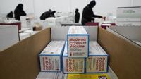 Pekerja menyiapkan box berisi vaksin Moderna COVID-19 untuk dikirim di pusat distribusi McKesson di Olive Branch, Mississippi, AS, Minggu (20/12/2020). Selama seminggu, Pemerintah federal berencana mendistribusikan total 7,9 juta dosis vaksin dari Moderna dan Pfizer Inc (AP Photo/Paul Sancya, Pool)