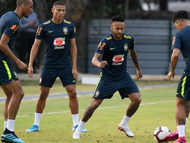 Penyerang Brasil, Neymar (kedua kanan) berusaha merebut bola saat mengikuti sesi latihan tim di Singapura (7/10/2019).  Brasil akan menghadapi Senegal pada pertandingan persahabatan di Singapore National Stadium pada 10 Oktober 2019. (AFP Photo/Roslan Rahman)