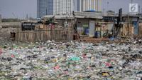Suasana permukiman kumuh yang berdiri di atas tumpukan sampah di Kampung Bengek, Penjaringan, Jakarta Utara, Selasa (3/9/2019). Permukiman kumuh tersebut berdiri di atas rawa yang membeku karena timbunan sampah plastik, kasur bekas hingga limbah rumah tangga. (Liputan6.com/Faizal Fanani)