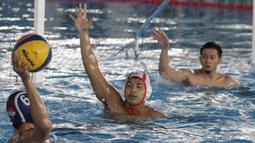 Pemain Timnas Polo Air Indonesia, Zaenal Arifin, saat latihan di Stadion Aquatik GBK, Jakarta, Senin (11/11). Para punggawa Timnas Polo air menargetkan medali emas di SEA Games 2019. (Bola.com/M Iqbal Ichsan)