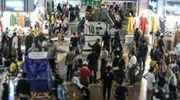 Polisi menggunakan pengeras suara untuk menghimbau protokol kesehatan kepada pengunjung Blok B Pasar Tanah Abang, Jakarta, Minggu (2/5/2021). Petugas gabungan memperketat penjagaan di pintu masuk Blok A dan B Pusat Grosir Tanah Abang guna mencegah kerumunan pengunjung. (merdeka.com/Iqbal S Nugroho)