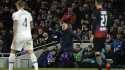 Pelatih Tottenham Hotspur, Jose Mourinho berteriak saat pertandingan melawan RB Leipzig pada leg pertama 16 besar Liga Champions di Stadion Tottenham,  London, Inggris, Rabu (19/2/2020). RB Leipzig Menang atas Tottenham 1-0. (AP Photo/Matt Dunham)