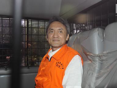Mantan Presiden Komisaris Lippo Group, Eddy Sindoro usai menjalani pemeriksaan di Gedung KPK, Jakarta, Senin (22/10). Eddy diperiksa KPK sebagai tersangka kasus dugaan pemberian suap kepada Panitera PN Jakarta Pusat. (Liputan6.com/Herman Zakharia)
