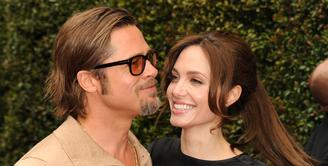 Rangkaian proses perceraian Angelina Jolie dan Brad Pitt belum juga usai. Sebagai penggugat cerai pertama kali termasuk hak asuh penuh keenam anaknya, Jolie kembali mengajukan dokumen cerai dengan isi yang berbeda. (AFP/Bintang.com)