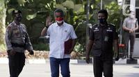 Ketua DPRD DKI Jakarta Prasetyo Edi Marsudi (tengah) melambaikan tangan saat tiba di halaman Gedung Komisi Pemberantasan Korupsi (KPK), Jakarta, Selasa (21/9/2021). Prasetyo akan menjalani pemeriksaan dalam kasus dugaan korupsi pengadaan lahan di Munjul pada tahun 2019. (Liputan6.com/Angga Yuniar)