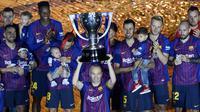 Gelandang Barcelona, Andres Iniesta, mengangkat trofi La Liga Spanyol pada momen perpisahan di Stadion Camp Nou, Barcelona, Minggu (20/5/2018). Dirinya berpisah dengan klub yang 22 tahun telah dibela. (AFP/Lluis Gene)