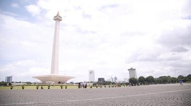 Gubernur dan Wakil Gubernur DKI Jakarta, Anies Baswedan-Sandiaga Uno, kembali membuka Monas untuk rekreasi warga. Mereka ingin nantinya tempat bersejarah ini bisa disejajarkan dengan taman-taman lain di luar negeri.