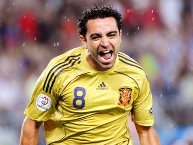Kecerdasan serta kedisiplinan membuat sosok Xavi Hernandez dikenal sebagai legenda lini tengah di dunia. Gelandang legendaris Barcelona itu sukses memperlihatkan magisnya termasuk di ajang Euro 2008. (AFP/Joe Klamar)