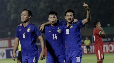 Pemain Thailand merayakan gol yang dicetak oleh Settawut Wongsai ke gawang Indonesia pada laga persahabatan di Stadion PTIK, Jakarta, Kamis, (31/5/2018). Indonesia takluk 1-2 dari Thailand. (Bola.com/M Iqbal Ichsan)