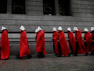 Dukung Legalisasi Aborsi, Aktivis Argentina Kenakan Jubah Merah dan Topi Putih