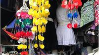 Ragam karya seni dan kain yang dijual di Pasar Seni Kuta. (dok. Instagram @sofyan_chaidir/https://www.instagram.com/p/BjCAU19hhsa/Esther Novita Inochi)