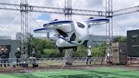 Untuk waktu yang singkat, mobil terbang naik ke langit dan membuktikan kendaraan ini bisa menjadi solusi transportasi yang layak untuk masa depan. (Autoevolution)