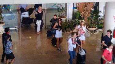 Dengan status kuning, pihak keamanan Bandara Internasional I Gusti Ngurah Rai memberlakukan pemeriksaan ketat setiap pengunjung. (Liputan6.com/Dewi Divianta)