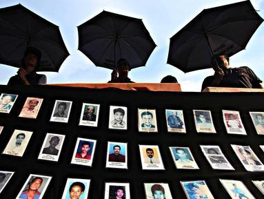 Jaringan Solidaritas Korban untuk Keadilan (JSKK) melakukan aksi Kamisan ke-436 di depan Istana Negara, Jakarta, Kamis (24/3). Aksi tersebut sekaligus memperingati Hari Internasional untuk Hak. (Liputan6.com/Immanuel Antonius)