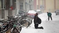Selama berjam-jam, pemuda itu berlutut di bawah guyuran salju demi meminta maaf pada kekasihnya
