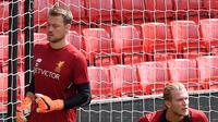 Dua kiper Liverpool, Simon Mignolet (kiri) dan Loris Karius sesi pelatihan di stadion Anfield, Inggris (21/5). Final Liga Champions antara Liverpool dan Real Madrid akan berlangsung 26 Mei mendatang di Stadion NSC Olimpiyskiy, Kiev. (AFP Photo/Paul Ellis)