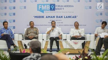 Menhub Budi Karya Sumadi (tengah) memberi penjelasan saat diskusi bertemakan 'Mudik Aman dan Lancar' di Gedung kominfo, Jakarta, Senin (20/5). Menhub mengatakan Mudik aman dan lancar ini adalah amanat dari Presiden Joko Widodo agar mudik tahun ini lebih lancar. (Liputan6.com/Faizal Fanani)