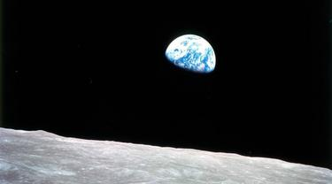 "Foto ""Earthrise"" atau Bumi terbit dari Apollo 8"