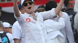 Artis Olla Ramlan saat menghadiri kampanye akbar pasangan Capres dan Cawapres nomor urut 01, Jokowi - Ma'ruf Amin bertajuk 'Konser Putih Bersatu di Stadion Gelora Bung Karno (SGBK), Jakarta, Sabtu (13/4). (Kapanlagi.com/Budi Santoso)