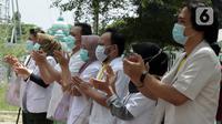 Tenaga kesehatan bertepuk tangan selama 56 detik pada peringatan Hari Kesehatan Nasional ke-56 di RSD Wisma Atlet, Jakarta, Kamis (12/11/2020). Aksi tersebut sebagai bentuk penghargaan kepada tenaga kesehatan yang berjuang menghadapi pandemi COVID-19. (Liputan6.com/Herman Zakharia)