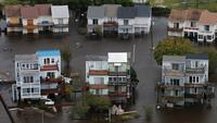Badai Florence mengakibatkan banjir di wilayah Jacksonville, Carolina Utara, AS, Minggu (16/9). Sebanyak 20.000 warga menyelamatkan diri ke tempat pengungsian. (AP Photo/Steve Helber)