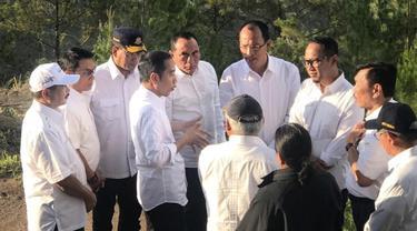 Presiden Jokowi meninjau lokasi wisata di Danau Toba