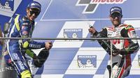 Valentino Rossi dipaksa mengakui kehebatan Cal Crutchlow pada MotoGP Australia 2016 di Sirkuit Phillip Island. (AP/Rob Griffith)