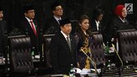 Abdul Wahab Dalimunthe (kiri) dan Hillary Brigitta Lasut (kanan) saat menghadiri pelantikan anggota DPR, MPR, dan DPD di Kompleks Parlemen, Jakarta, Selasa (1/10/2019). Abdul Wahab Dalimunthe dan Hillary Brigitta Lasut menjadi Ketua dan Wakil Ketua DPR Sementara. (Liputan6.com/JohanTallo)