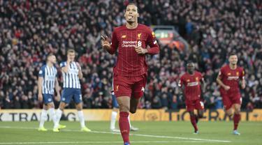 Bek Liverpool, Virgil van Dijk berselebrasi usai mencetak gol keduanya ke gawang  Brighton and Hove Albion pada pertandingan lanjutan Liga Inggris di Stadion Anfield (30/11/2019). Liverpool menang tipis atas Brighton 2-1. (AP Photo/Jon Super)