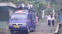 Ilustrasi - Anak Desa Citepus, Jeruklegi, Cilacap berangkat ke sekolah yang berada di luar desa. (Foto: Liputan6.com/Muhamad Ridlo)