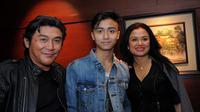 Keluarga Willy Dozan bertemu dalam premiere film Duel di Jakarta, Senin (15/9/2014) malam. (Liputan6.com/Faisal R Syam)