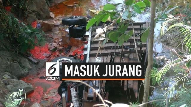 Sebuah truk tak terkendali, jatuh ke dalam jurang sedalam 20 meter di kawasan Cianjur Jawa Barat. Truk rusak parah, sopir dan kernetnya selamat dalam kecelakaan ini.