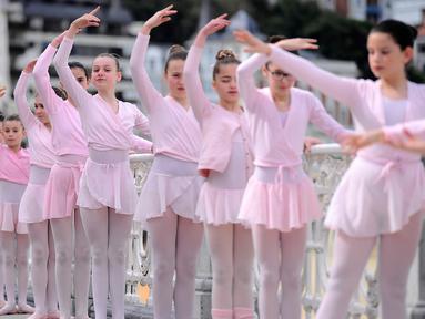 Sejumlah anak-anak melakukan gerakan tari saat mengikuti pameran tarian klasik dalam perayaan Month of The Dance di Basque, Spanyol (26/3). Kegiatan ini diikuti oleh 1.400 peserta, mulai dari anak-anak hingga orang dewasa. (AFP/Ander Gillenea)
