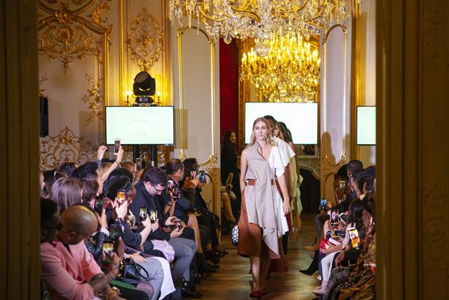 Rancangan busana Amelia Novarienne Barus (23) yang dipamerkan dihadapan ratusan pelaku industri fashion Paris, dalam FD Paris Fashion Show 2018/copyright Fashion Division
