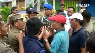 Penertiban pedagang di pantai Purus Padang Sumatera Barat  berlangsung ricuh, Pedagang marah karena petugas Satpol PP menghancurkan taman.