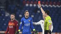Kiper AS Roma, Pau Lopez (tengah) menerima kartu merah dari wasit Davide Ghersini dalam laga babak 16 besar Coppa Italia 2020/21 melawan Spezia di Olimpico Stadium, Roma, Selasa (19/1/2021). AS Roma kalah 2-4 (2-2) dari Spezia melalui extra time. (LaPresse via AP/Alfredo Falcone)
