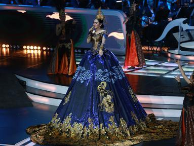 Perpaduan gaun modern dengan batik Indonesia ditambah aksen lukisan wayang di beberapa bagian gaun, membuat Syahrini terlihat anggun. (KapanLagi/Agus Apriyanto)